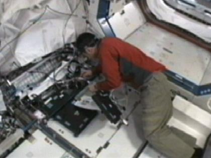 写真:デスティニー(米国実験棟)で作業を行う古川宇宙飛行士(9月21日)(出典:JAXA/NASA)