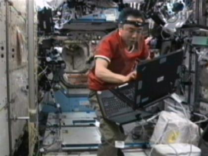 写真:「デスティニー」(米国実験棟)で作業を行う古川宇宙飛行士(10月3日)(出典:JAXA/NASA)