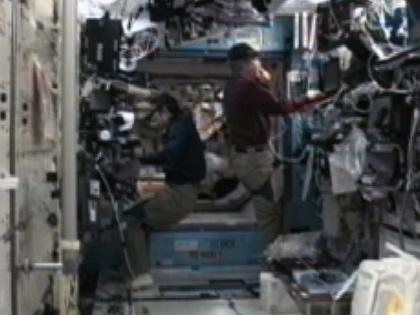 写真:「デスティニー」(米国実験棟)で作業を行う古川宇宙飛行士(左)(10月4日)(出典:JAXA/NASA)