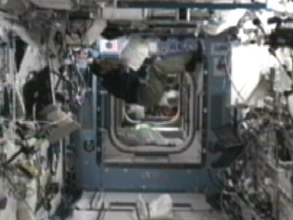 写真:「きぼう」(日本実験棟)で作業を行う古川宇宙飛行士(10月5日)(出典:JAXA/NASA)