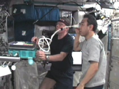 写真:コロンバスで実験を行う古川宇宙飛行士(右)(10月6日)(出典:JAXA/NASA)