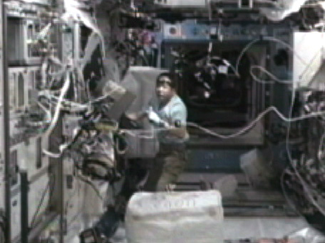 写真:GHFの初期動作確認を行う古川宇宙飛行士(10月20日)(出典:JAXA/NASA)