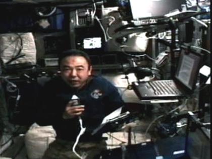 写真:作業確認のため地上と交信を行う古川宇宙飛行士(10月27日)(出典:JAXA/NASA)