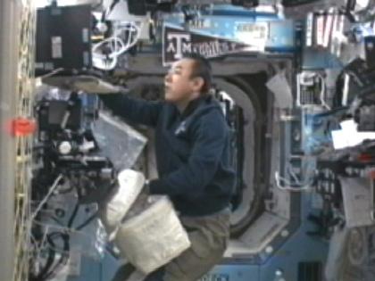 写真:「デスティニー」(米国実験棟)で作業を行う古川宇宙飛行士(10月31日)(出典:JAXA/NASA)