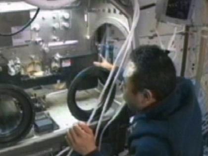 写真:MSG内に実験装置を取り付ける古川宇宙飛行士(11月7日)(出典:JAXA/NASA)