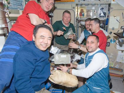 写真:ズヴェズダで食事をする古川宇宙飛行士ら第29次長期滞在クルー(11月16日)(出典:NASA)
