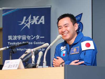 記者会見を行う星出宇宙飛行士(出典:JAXA)