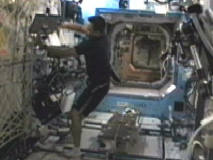 「デスティニー」(米国実験棟)で作業を行う星出宇宙飛行士