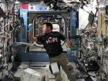 「きぼう」日本実験棟で作業を行う星出宇宙飛行士