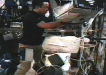 「コロンバス」(欧州実験棟)で作業する星出宇宙飛行士(8月8日)