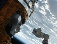 写真:補給キャリア非与圧部内に収納された曝露パレット(左)とSSRMS(右)