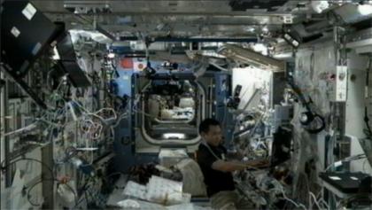 写真:AQHの設置作業を行う星出宇宙飛行士