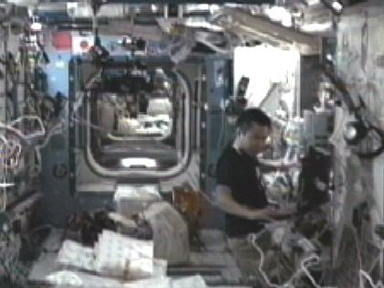 写真:「きぼう」で作業を行う星出宇宙飛行士(8月22日)(出典:JAXA/NASA)