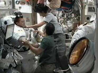 船外活動ユニット(EMU)のフィットチェックを行う星出宇宙飛行士(8月20日の週の撮影)(出典:JAXA/NASA)