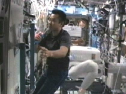 「デスティニー」(米国実験棟)で作業する星出宇宙飛行士(8月27日)(出典:JAXA/NASA)