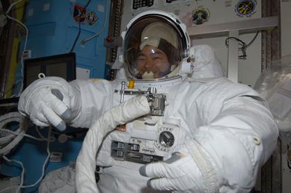 船外活動ユニット(EMU)を着用した星出宇宙飛行士(8月22日撮影)(出典:JAXA/NASA)