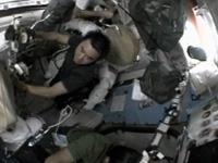 クエストで作業する星出宇宙飛行士(出典:JAXA/NASA)