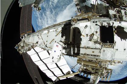 8月30日に実施した船外活動の様子<br />(写真中央に写るのはウィリアムズ宇宙飛行士。ウィリアムズ宇宙飛行士の右側に写る影は、ロボットアームに乗った星出宇宙飛行士の影)