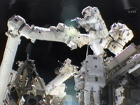 CLPAの交換作業を行う星出、ウィリアムズ両宇宙飛行士