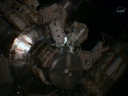 船外活動を開始した星出、ウィリアムズ両宇宙飛行士