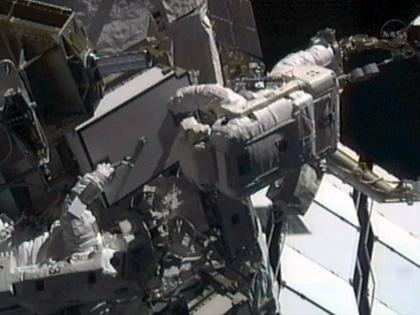 MBSU#1の取り付け作業を行う星出、ウィリアムズ両宇宙飛行士