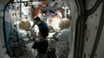 画像:EMUの長期保管に備えて作業を行うウィリアムズ(手前)、星出(奥)両宇宙飛行士
