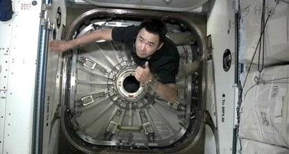 画像:「こうのとり」3号機のハッチを閉じた星出宇宙飛行士