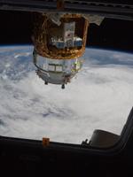 キューポラの窓から撮影された「こうのとり」3号機(出典:JAXA/NASA)