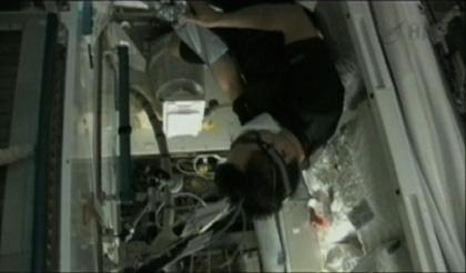 ISSトイレ(WHC)の水容器の交換作業を行う星出宇宙飛行士