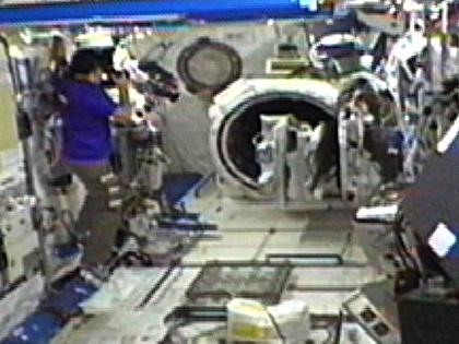 「きぼう」のエアロックでの作業状況を撮影する星出宇宙飛行士(9月21日)(出典:JAXA/NASA)