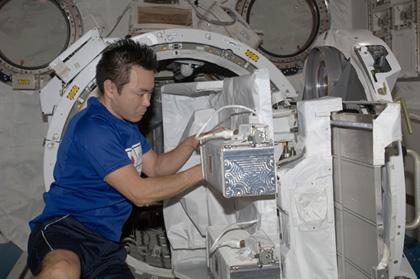 小型衛星放出技術実証ミッションの準備を行う星出宇宙飛行士(9月21日撮影)(出典:JAXA/NASA)
