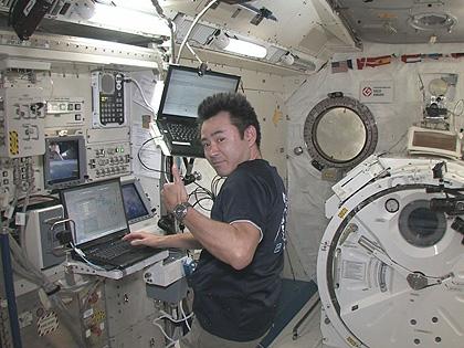 最初の2基の小型衛星を放出した後の星出宇宙飛行士(10月5日)(出典:JAXA/NASA)