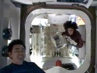 搭載品からアイスクリームを取り出したウィリアムズ宇宙飛行士と星出宇宙飛行士(出典:JAXA/NASA)