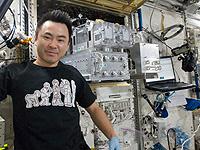 Tシャツを着て実験の準備を行う星出宇宙飛行士