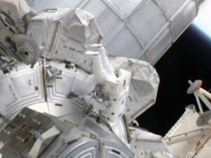 船外活動を開始した星出宇宙飛行士