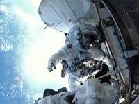 写真:ISS船内へ戻る前に写真撮影を行う星出宇宙飛行士