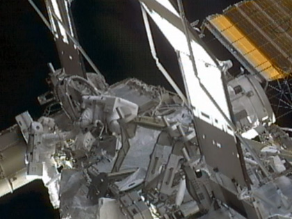 写真:流体ラインの繋ぎ換え作業を行う星出、ウィリアムズ両宇宙飛行士