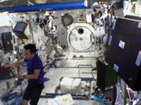 写真:「きぼう」船内実験室で作業する星出宇宙飛行士