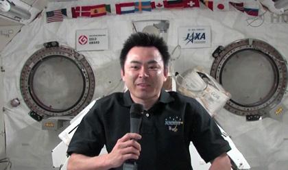 写真:「きぼう」船内実験室から広報イベントに参加する星出宇宙飛行士