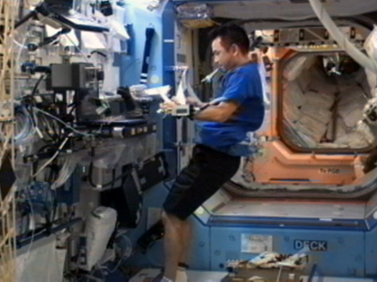 写真:「デスティニー」(米国実験棟)で作業する星出宇宙飛行士