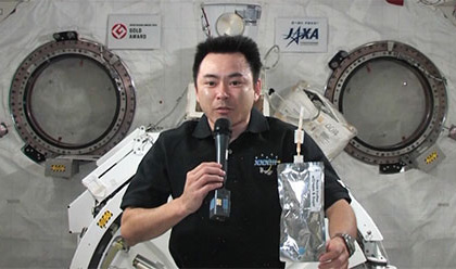 写真:TKSCで開催された交信イベントに参加する星出宇宙飛行士