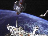 スパルタン衛星の回収に挑む土井宇宙飛行士ら