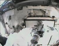 写真:故障したMBSUを取り外すために、ボルトを緩める様子