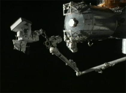 SSRMSの先端に乗ってMBSUを運ぶ星出宇宙飛行士