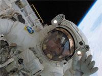 船外活動中の野口宇宙飛行士