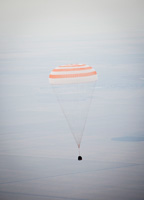 写真:下降するソユーズ宇宙船