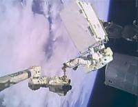 若田宇宙飛行士が操縦するSSRMSの先端に乗り、作業場まで運ばれる船外活動クルー