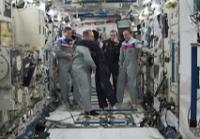 第38次長期滞在船長オレッグ・コトフ宇宙飛行士から指揮権を移譲される若田宇宙飛行士