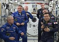 若田宇宙飛行士からスワンソン宇宙飛行士への指揮権移譲の様子