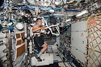 -NASAのSPRINT実験の一環で、最大酸素摂取量(VO2max)の測定のため自転車エルゴメータを漕ぐ若田宇宙飛行士